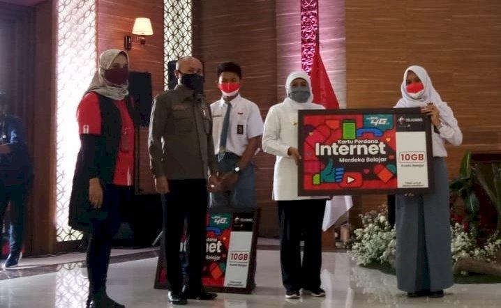 Gubernur Khofifah Serahkan 1,3 Juta Kartu Internet Meredeka untuk Pelajar di Jatim