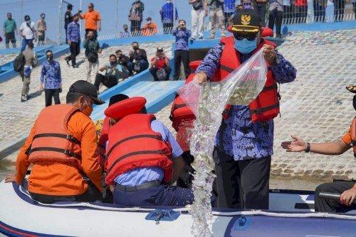 Wali Kota Madiun Tebar 136.000 Benih Ikan Lokal, di Embung Pilangbango
