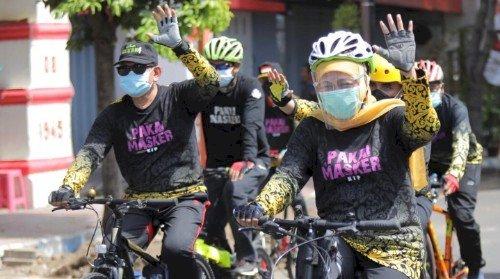 Gowes Sambang  Banyuwangi, Gubernur Khofifah  Kampanyekan Belanja Produk  UMKM  dan Pakai Masker