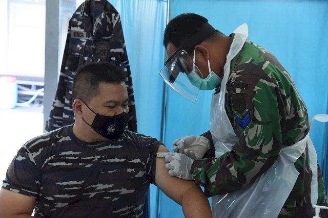 Prajurit dan PNS Koarmada II Laksanakan Vaksinasi Covid-19